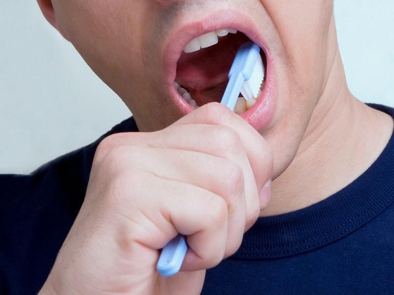 Nếu bạn chải răng quá mạnh có thể gây chảy máu nướu