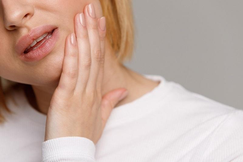 Ê buốt răng có thể khởi phát do nhiều lý do