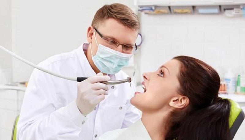 Bác sĩ cần kiểm ta kỹ khoang miệng để phát hiện các mảng bám và cao răng